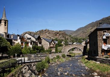 Ville médiévale dans les Pyrénées catalanes